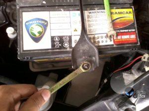 cara buka bateri kereta
